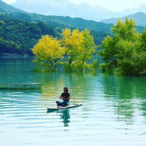 sup-a-yoga-sur-l-eau-lac-de-monteynard-july-toujan